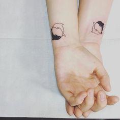 tatuaje pareja delfines blanco y negro