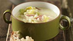 Klassiker der Schweizer Küche, neu interpretiert: Aus der Bündner wird Weisswein-Gerstensuppe mit Wirz und Kochspeck, verfeinert mit Rahm.