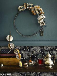 Askartele näyttävä paperikranssi. Kranssin kukat voi tehdä joko vaatimattomista paperilaaduista (kurkkaa keräyspaperiroskikseen) tai ostaa paperia askarteluliikkeestä. Lovely, not so traditional wreath Kuva/pic Martti Järvi #wreath #DIYchristmasornaments #christmasdecorations