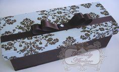 Caixa em madeira MDF, revestida em tecido - com acabamento em fita de cetim e laço chanel. Vem com tag personalizado - com nome e data do evento. Ideal para 1 garrafa de Baby Chandon 187ml. Pedido Mínimo: 10 unidades. R$18,90