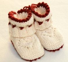 free booties pattern in swedish Knitting For Kids, Knitting Socks, Baby Knitting, Cute Crochet, Knit Crochet, Baby Barn, Baby Sneakers, Baby Boots, Drops Design