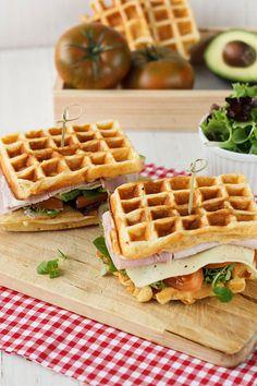 Haz un sándwich con waffles que cambiará tu vida y la de todo aquél que lo pruebe. | 16 Deliciosas recetas de sándwiches tan fáciles que no te lo vas a creer