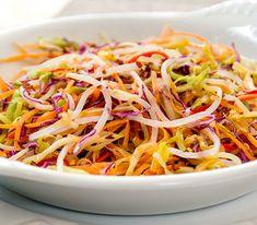 Salada Asian Slaw com repolho, cenoura, cebola, azeite, vinagre de arroz e suco de limão