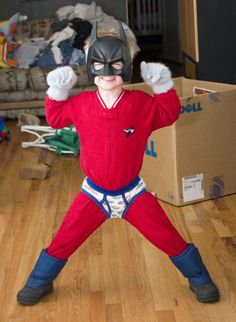 Simple and Easy DIY Superhero Costume Homemade Superhero Costumes, Superhero Costumes Kids, Superman Costumes, Halloween Costumes For Kids, Family Costumes, Girl Costumes, Costume Ideas, Diy Batman Kostüm, Incredible Hulk Costume