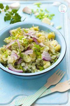 Ten przepis na sałatkę ziemniaczaną bije wszelkie rekordy popularności na wszystkich imprezach grillowych. Sałatka jest lekka, gdyż nie doprawiam jej żadnym ciężkim sosem. Wystarczą młode ziemniaki… Clean Recipes, Cooking Recipes, Vegetarian Recipes, Healthy Recipes, Slow Food, Side Salad, Easy Salads, Food Design, Potato Recipes