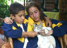 De izquierda a derecha, Carlos Alberto Ramírez y Mariana Pajón acarician al gato…