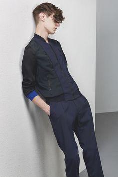 La pré-collection de la saison prochaine de Lucas Ossendrijver pour Lanvin mêle sportwear et couture pour hommes modernes. #lanvin #sportwear #lucasossendrijver #lookbook #luxe #precollection #été2015