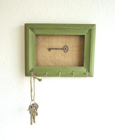 15 Ways to Repurpose Old Picture Frames Want to try a cheap DIY project? Pick up frames cheaply at a craft store or flea market and try any one of these picture frame crafts. Empty Picture Frames, Old Frames, Frames Ideas, Green Picture Frames, Home Goods Decor, Diy Home Decor, Marco Diy, Picture Frame Projects, Old Keys
