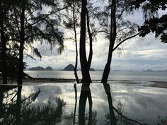 Phulay Bay in Krabi, Thailand Read the whole blogpost on www.elisabethklio.com #krabi #thailand #infinitypool #luxury #luxuryhotel #luxurytravel #phulaybay #hotel Krabi Thailand, Luxury Travel, Water, Destinations, Traveling, Gripe Water, Aqua