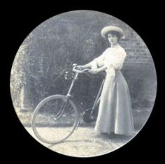 1900 bicycle outfit Cycling Suit, Bike Suit, Old Bicycle, Bicycle Women, Victorian Photos, Vintage Photos, Golf Costumes, Edwardian Era Fashion, Vintage Outfits