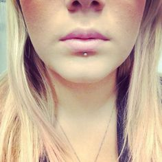 as much as my friends would hate it I LOVE labret piercings and DO WANT - Nactumu Women Piercing Tattoo, Lip Piercing Labret, Lower Lip Piercing, Vertical Labret Piercing, Labret Studs, Chin Piercing, Lip Peircings, Labret Jewelry, Cool Piercings