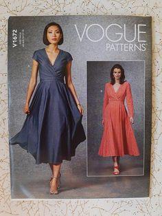 Vogue Dress Patterns, Vogue Sewing Patterns, Miss Dress, The Dress, Dressmaking Fabric, Jumpsuit Pattern, Kimono Fashion, Fitted Bodice, Flare Skirt