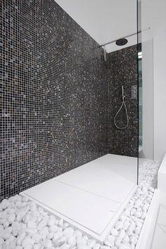 Design gevoel badkamer. XXL inloopdouche, ook wel wasstraat genoemd. Witte grote kiezels fraai maar onpraktisch.