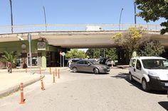 """Gaziantep Büyükşehir Belediyesi, artık şehrin trafik yükünü kaldıramayan ve eskiyen Kemal Köker Viyadük Köprüsünü yıkma kararı aldı.  UKOME kararı ile yıkılacak olan Kemal Köker Viyadük Köprüsü 28 Haziran'dan sonra trafiğe de kapatılacak.  Köprünün 1990-91 yıllarında yapıldığını, artan trafik yoğunluğundan dolayı şehrin trafik yükünü kaldıramadığını ifade eden yetkililer; """"Şehit Yusuf Erin Caddesi ile Atatürk …"""