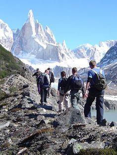 El Chaltén ofrece al visitante la posibilidad de internarse por senderos autoguiados o por otros que exigen la presencia de un guía.