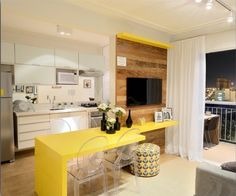 Sala de TV com cozinha integrada por Renata Cafaro Arquitetura #kitchen #cozinhaplanejada #homedecor #interiordesign #living