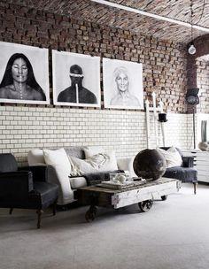 Mix de materiais revestem a parede da sala de estar.