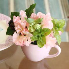 この春から、今ヨーロッパで流行している人気の北欧ブランド、ライス(RICE)とのコラボレーションが実現!旬の花をライスのマグカップにアレンジして、セットでお届けいたします。 誕生日や記念日のちょっとしたギフトとして、またはご自宅用に!人気アイテムをいち早く取り入れてみませんか? 丁寧にラッピングしてお届けいたします。 ■ライス(RICE)マグカップ セラミック製(陶磁器) デザイナーのCharotteと旦那さんのPhilippeにより、1998年にデンマークで設立された、ヨーロッパを中心に絶大な人気を誇るブランド。 そのデザインは現代注目を集める北欧の「古き良き時代」にインスパイアされており、ファンキーで楽しく、機能的なものばかり。 「あなたの毎日の生活に小さなマジックをプラスしたい・・・」というデザイナーの想いが込められた、カラフルでわくわくするプロダクトが満載です。