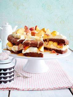 Schokoladenkuchen mit Pfirsichen und Marshmallowcreme