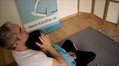 TÉCNICA: Esta técnica no se encuentra facilmente por los libros de masaje tailandés, por eso si no las has practicado anteriormente debes ir a alguna escuela para que te la explique. ¿CÓMO SE HACE? Consiste en sujetar el cuerpo del cliente para poder estirar la columna cervical a la vez que te dejas caer hacia atrás. No hay que dar tirones, el ejercicio debe ser suave. Thai Yoga Massage, Massage Tips, Massage Techniques, Acupressure Treatment, Massage Treatment, Spa Therapy, Massage Therapy, Remedial Massage, Back Pain Remedies