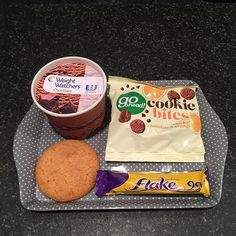Tonight's treats were a WW ice cream tub (2pp), cookie bites (one biscuit removed to make them 2pp 😂), a ginger biscuit (1pp or 2sp) and a mini flake (1pp or 2sp)😋 used 3 of my weeklies towards this 👍🏻