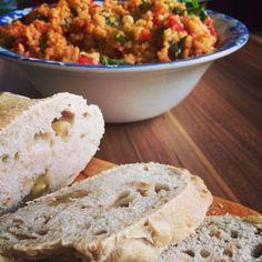 Leckerer Bulgur Salat mit Tomaten und Petersilie und Feta