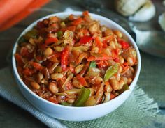 LeChakalaka est une spécialité végétarienne d'Afrique du Sud à base de haricots blancs, de légumes, et d'épices, un vrai régal ! Il vous faut : 3 cuillères à soupe d'huile 1 oignon haché finement 2 gousses d'ail hachées finement 2 cuillères à café de curry 1/2 cuillère à café de thym 1/2 cuillère à café de paprika 1 cuillère à café de piment de Cayenne... Lire l'article