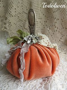 Todolwen: My Newest Harvest . Velvet Pumpkins, Fabric Pumpkins, Fall Pumpkins, Pumpkin Art, Pumpkin Crafts, Vintage Fall Decor, Shabby Chic Fall, Fall Sewing, Autumn Crafts