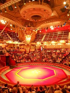An expectant audience awaits the beginning of the show at the Blackpool Tower Circus in August 2012 - Photo M. L.
