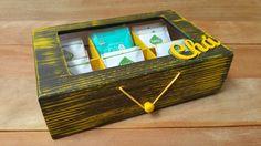 Que tal servir um chá para aquela visita especial? Deixe a sua mesa mais bonita e sofisticada com esta linda caixa de chá, deixando os diferentes tipos de chás organizados em cada divisória. Sua visita ficará encantada com tanta delicadeza.    Aceito encomenda para outras cores e modelos, persona...