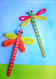 Dragonflies are delightful and this Craft Stick Dragonfly Craft with Video Tutorial is no different! This is a super easy craft that takes all of 5 minutes! via @artsycraftsymom