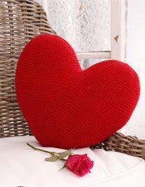 Bonito cojín corazón tejido en crochet. Un bonito detalle para la decoración de tu hogar.