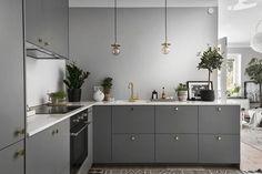 Kitchen Remodel & Decor - Money-Saving Kitchen Renovation Tips - Ribbons & Stars New Kitchen, Kitchen Interior, Room Interior, Interior Design Living Room, Kitchen Dining, Kitchen Decor, Kitchen Cabinets, Kitchen Grey, Kitchen Lamps