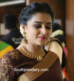 Ramya Nambeesan in Temple Jewellery photo Jewelry Model, Photo Jewelry, Gold Jewelry, Gold Temple Jewellery, India Jewelry, Gold Necklaces, Cheap Jewelry, Jewelry Rings, Jewelery