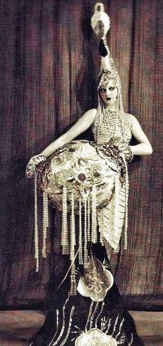 Dancer at the legendary Moulin Rouge - 1910-1930