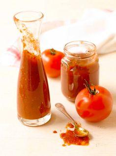Raaka-aineet n. 1 kg kypsiä hyviä tomaatteja 1 iso sipuli 2 valkosipulin kynttä 1 punainen paprika 1 dl ruokosokeria 1 dl Rajamäen Chili-punaviinietikkaa 2 tl suolaa 0,5 tl kanelia 0,5 tl jauhettua neilikkaa 0,5 tl jauhettua maustepippuria 0,5 tl mustapippuria myllystä ripaus sinappijauhetta