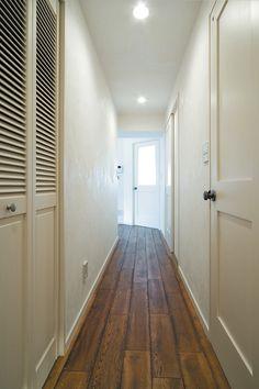 フローリングの床材はオーク無垢材を古材風に加工したもの。【リノベ暮らしな人々25】