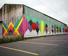 Murais, gravuras, ilustrações. Maya Hayuk cria composições simétricas, padrões geométricos e cores exuberantes, cheia de referências pop em suas obras.