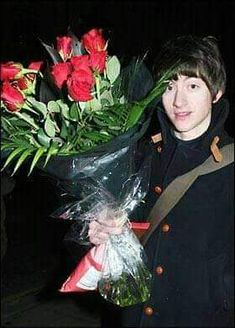Imagine Alex Turner offering that bouquet of roses to you. Just Deal With It, Just In Case, Alex Arctic Monkeys, Ghost Cookies, Monkey 3, The Last Shadow Puppets, Music Memes, Daddy Issues, Music Artists
