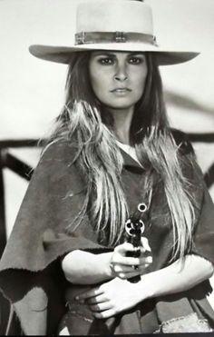 Raquel Welch As Hannie Caulder - Sexy Photos Raquel Welch, Classic Hollywood, Old Hollywood, Divas, Viejo Hollywood, Katharine Ross, Cinema Tv, Cow Girl, Portraits
