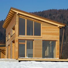 Even with the windows closed, the wooden brise-soleil do not take away the gentle elegance and natural appearance. With the windows open, they can hardly be seen due to their harmonious design. Shed Roof Design, Cabin Design, Tiny House Design, Prefab Sheds, Prefab Homes, Tiny House Loft, Simple Shed, Roof Architecture, House Roof