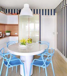 copa-sala-de-almoco-mesa-cadeiras-madeira-papel-de-parede-azul-branco-pendente (Foto: Sidney Doll/Divulgação)