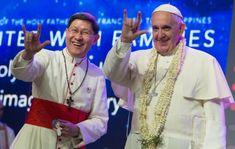 El Papa Francisco y el arzobispo de Manila, Luis Antonio Tagle saludan con el lenguaje de las señas a los fieles reunidos en el estadio deportivo de la capital de Filipinas. (Foto AP)