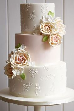 These simple romantic wedding cakes are very stylish and has amazing floral decoration. They are great for chic reception. Let's find your favourite!