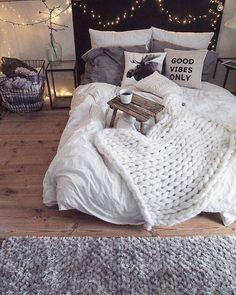 Awesome bedroom idea, low bed, bedside tables #modernhomedesignbedroom