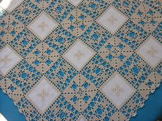 Risultati immagini per croche em linho Crochet Dollies, Crochet Fabric, Crochet Quilt, Crochet Home, Knit Crochet, Crochet Borders, Crochet Squares, Crochet Stitches, Tablecloth Fabric