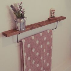 DIYに便利なグッズの揃う100円ショップ【seria(セリア)】のアイアンバー。究極にシンプルなセリアのアイアンバーは応用範囲がとても広い人気のアイテムです。たった100円のちょい足しDIYで、おしゃれで便利な生活を手に入れませんか? Wooden Diy, Towel, Interior, Diy And Crafts, Towel Rack, Wooden, Room, Home Renovation, Bathroom