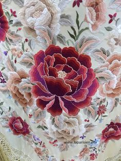 Mantón de Manila Japanese Embroidery, Floral Embroidery, Embroidery Stitches, Embroidery Patterns, Bordado Popular, Knit Baby Sweaters, Print Calendar, Embroidered Hats, Flower Patch
