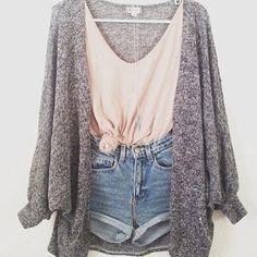El suéter es gris. Es bueno para el verano.