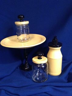 Light yellow and black plate stand and plain pump set